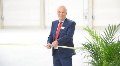 Боб Адамс, съсобственик на Beardow Adams, символично открива най-новият завод за топли лепила на компанията.