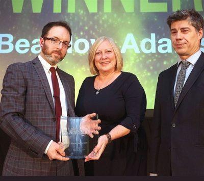 Главният изпълнителен директор на Beardow Adams госпожа Лесли Шелдън и началникът на отдел Маркетинг Ерик Ковъни получиха наградата за износ на Insider.