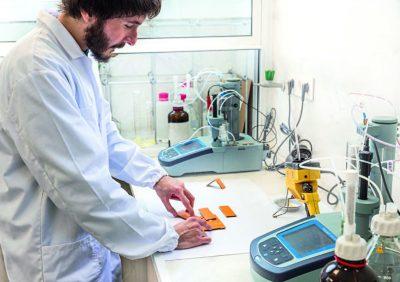 В лабораторията на PANIKER се оптимизира максимално работата на нашите лепила.